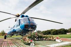Hochzeitsbogen für Ausrichtung auf dem Hubschrauber-Landeplatz lizenzfreies stockfoto