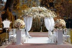 Hochzeitsbogen im Garten Stockfotografie