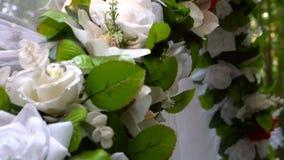 Hochzeitsbogen im Sommerwald stock video footage
