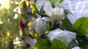 Hochzeitsbogen im Sommerwald stock video