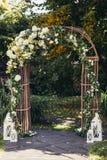 Hochzeitsbogen im Wald stockfoto