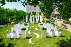 Hochzeitsbogen LIEBE im Garten stockfotos