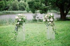 Hochzeitsbogen mit Hochzeitsdekorations- und -flussansicht lizenzfreies stockfoto