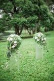 Hochzeitsbogen mit Hochzeitsdekorations- und -flussansicht lizenzfreie stockfotos