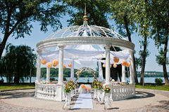Hochzeitsbogen mit Stühlen und vielen Blumen Lizenzfreie Stockfotografie