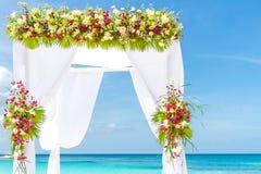 Hochzeitsbogen und Einrichtung auf Strand, tropische Hochzeit im Freien Lizenzfreie Stockfotos