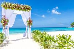 Hochzeitsbogen und Einrichtung auf Strand, tropische Hochzeit im Freien Stockfotos