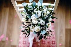 Hochzeitsbrautblumenstrauß von eustoms auf dem Stuhl Stockfoto