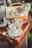 Hochzeitsdekor mit Blumen und Kerzen im Wald Lizenzfreie Stockfotos