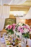 Hochzeitsdekoration der Feiertagstabelle der weißen und rosa Pfingstrosen lizenzfreie stockbilder