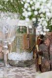 Hochzeitsdekoration für Tabelle, weiße Blumen im Glasgefäß, pl Stockbild