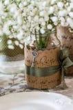 Hochzeitsdekoration für Tabelle, weiße Blumen im Glasgefäß, pl Stockfoto