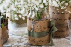 Hochzeitsdekoration für Tabelle, weiße Blumen im Glasgefäß, pl Lizenzfreies Stockbild