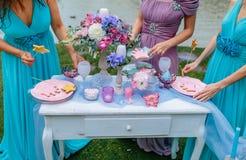 Hochzeitsdekoration im Stil des boho, Blumengesteck, verzierte Tabelle im Garten Brautjungfern nahe dem festlichen Stockbild