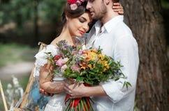 Hochzeitsdekoration im Stil des boho, Blumengesteck, verzierte Tabelle im Garten Lizenzfreie Stockfotos