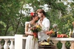 Hochzeitsdekoration im Stil des boho, Blumengesteck, verzierte Tabelle im Garten Stockfotos
