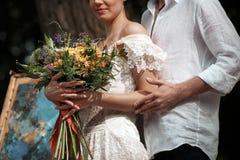 Hochzeitsdekoration im Stil des boho, Blumengesteck, verzierte Tabelle im Garten Stockbild