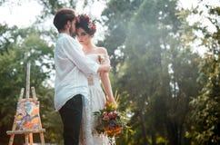 Hochzeitsdekoration im Stil des boho, Blumengesteck, verzierte Tabelle im Garten Lizenzfreie Stockbilder