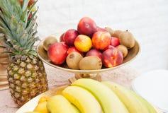 Hochzeitsdekoration mit Früchten auf Restauranttabelle, Ananas, Bananen, Nektarinen, Kiwi Stockfoto