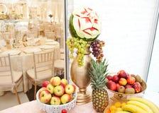 Hochzeitsdekoration mit Früchten auf Restauranttabelle, Ananas, Bananen, Nektarinen, Kiwi Stockfotografie
