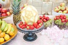 Hochzeitsdekoration mit Früchten auf Restauranttabelle, Ananas, Bananen, Nektarinen, Kiwi Stockbilder