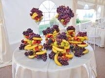 Hochzeitsdekoration mit Früchten, Bananen, Trauben und Äpfeln Lizenzfreie Stockbilder