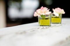 Hochzeitsdekoration mit kleinen Blumen stockfotografie