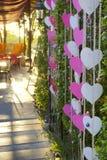 Hochzeitsdekoration oder Parteidekoration in einem Garten verziert mit Herzsymbol Stockbild