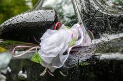 Hochzeitsdekorationen für das Auto Stockfoto