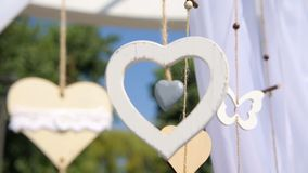 Hochzeitsdekorationen mit Blumen, Herzen, Schmetterlinge Die Braut mit einer Blume stock footage