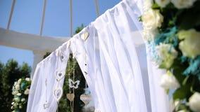 Hochzeitsdekorationen mit Blumen, Herzen, Schmetterlinge Die Braut mit einer Blume stock video footage