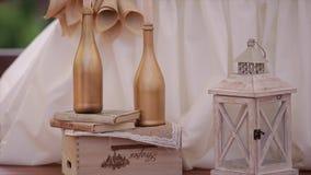 Hochzeitsdekorationen mit Kerzen und Flasche stock footage
