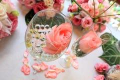Hochzeitsdekorgedeck und -blumen Stockbild
