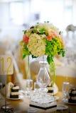 Hochzeitsdekortabelleneinstellung und -blumen Lizenzfreies Stockfoto