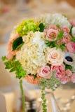 Hochzeitsdekortabelleneinstellung und -blumen Stockfoto
