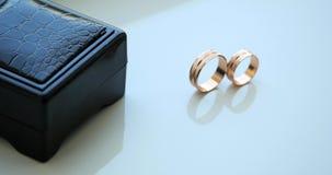 Hochzeitsdiamant-Goldring-Verlobungsringe auf weißer Tabelle stock footage