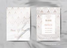 Hochzeitseinladung kardiert Sammlung Sparen Sie das Datum, RSVP mit modisches Marmorbeschaffenheitshintergrundgoldgeometrischem A stock abbildung