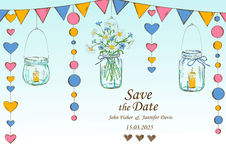Hochzeitseinladung mit Dekoration von hängenden Gläsern und von Blumen Stockbild