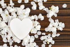 Hochzeitseinladung mit Frühlingsblumen und dekorativem Herzen Stockfotos