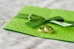 Hochzeitseinladung und -ringe Stockfotografie