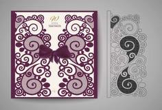 Hochzeitseinladungs- oder -grußkarte mit Goldblumenverzierung Hochzeitseinladungsumschlag für Laser-Ausschnitt Stockbild