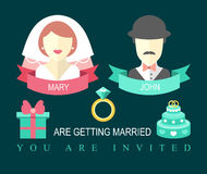 Hochzeitseinladungskarte mit Band, Ring, Kuchen, Geschenk, Braut und Bräutigam in der flachen Art Lizenzfreie Stockfotografie