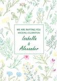 Hochzeitseinladungsrahmen mit Kräutern und wilden Blumen Stockfotos