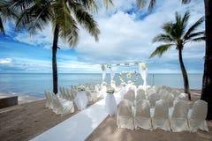 Hochzeitseinstellung auf einem tropischen Strand Stockbild