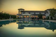 Hochzeitsempfang im Freien durch das Pool Stockbild