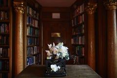 Hochzeitsempfang mit Blumengesteck von weißen Orchideen Lizenzfreies Stockfoto