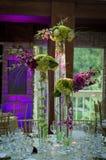 Hochzeitsempfang mit dem purpurroten Uplighting Stockfotografie