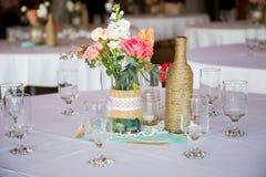 Hochzeitsempfang-Tabellen-Mittelstücke Stockbild