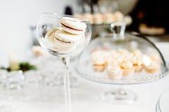 Hochzeitsempfangnachtischtabelle mit köstlichem verziertem weißem c lizenzfreie stockfotos