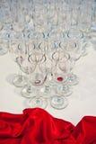 Hochzeitsempfangtabellendekoration mit Gläsern Stockfotos